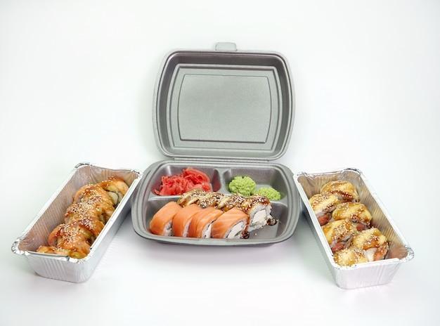 Pranzo da asporto, consegna del menu di sushi in scatole di pranzo. il concetto di consegna