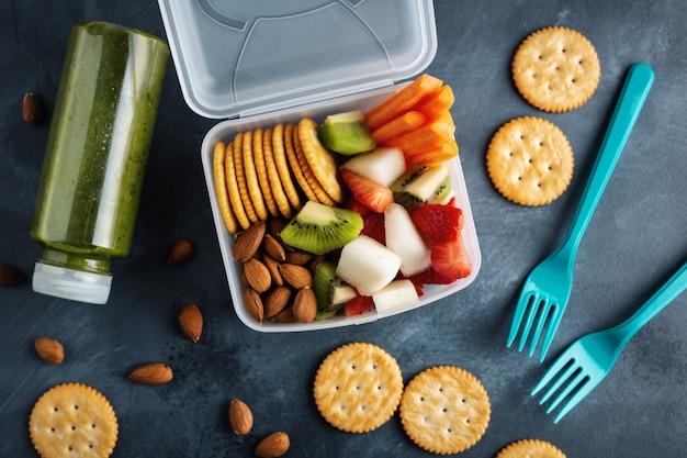 Pranzo da portare con frutta e verdura in scatola. vista dall'alto