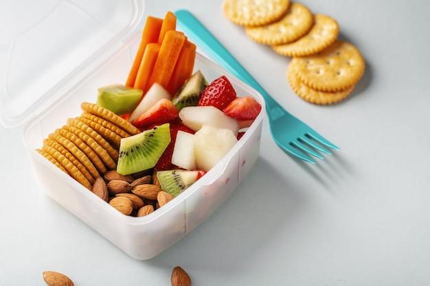 Pranzo da portare con frutta in scatola