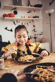 Pranzo di due ragazze in costume