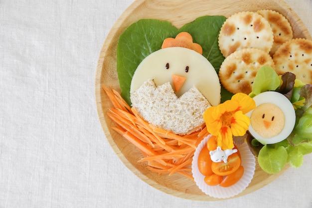Pranzo di pulcino di pasqua, divertente arte culinaria per bambini