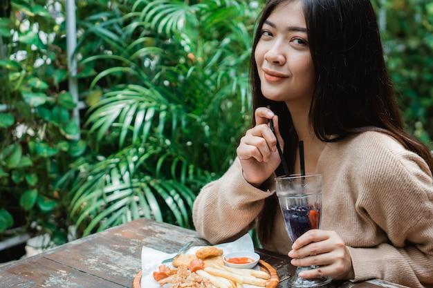 Pranzo godente della donna asiatica da solo