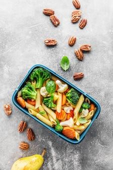 Pranzo sano da servire in scatola con verdure