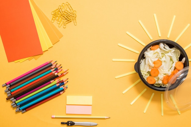 Pranzo scolastico sano per bambini o adolescenti. pacchetto di carta artigianale, pila di quaderni, acqua, borsa e cibo in scatola di pranzo sul tavolo di legno bianco, cracker con formaggio, noci, porridge di farina d'avena e mele