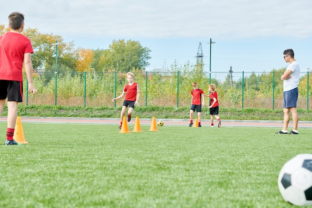 Pratica di calcio all'aperto