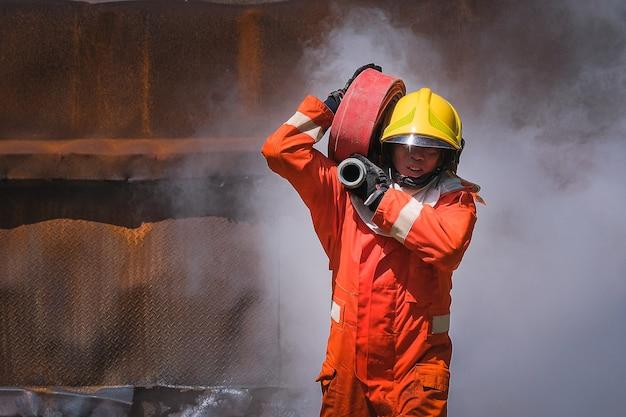 Pratica di squadra per combattere con il fuoco in situazioni di emergenza