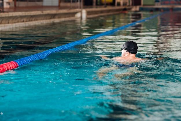 Pratica quotidiana ad alto angolo in piscina