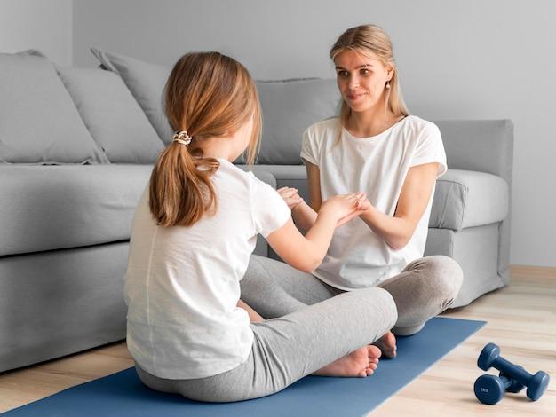 Pratica sportiva per madre e ragazza a casa