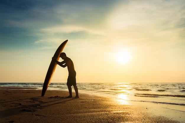 Praticare il surfing per il concetto di stile di vita di attività all'aperto sport dell'acqua.