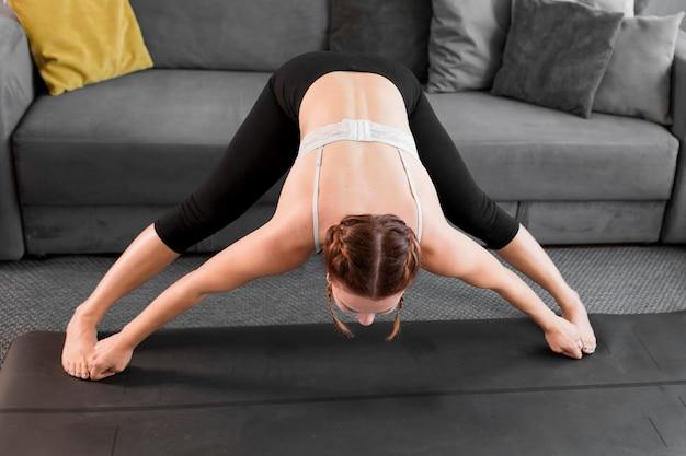 Praticare lo yoga a casa concetto