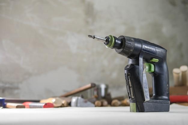 Praticare un cacciavite nella carpenteria sul banco di lavoro