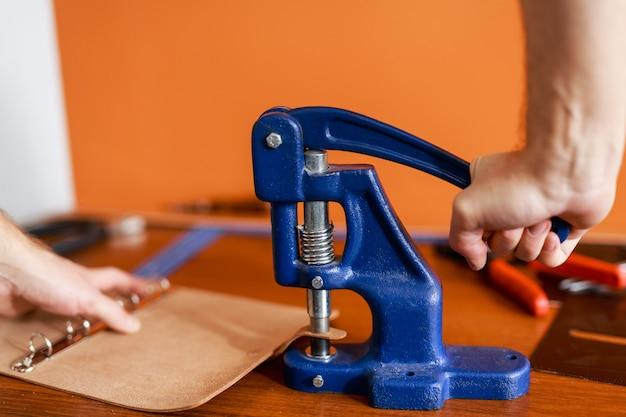 Praticare un foro con la pinzatrice
