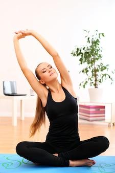 Praticare yoga giovane donna