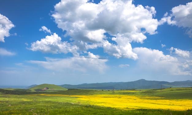 Prato, colline e cielo blu
