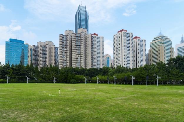 Prato del parco e architettura urbana moderna a qingdao, cina