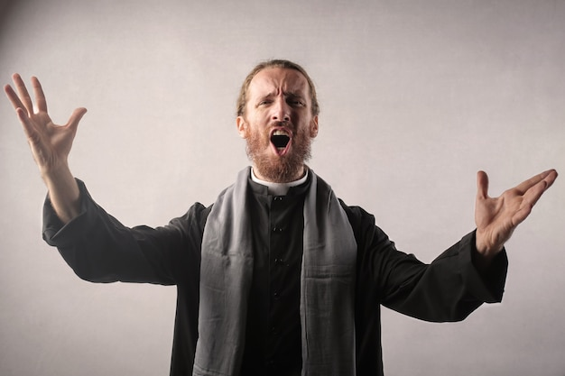 Predicatore che canta una parola