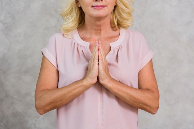 Pregare maturo della donna di vista frontale