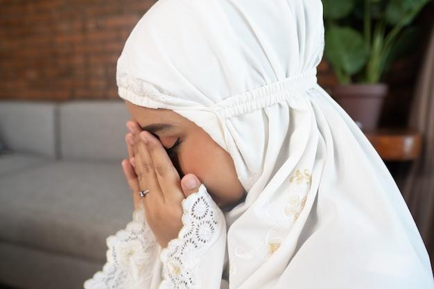 Pregare musulmano asiatico della donna