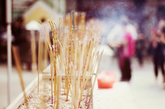 Preghiera asiatica del tempio di joss sticks