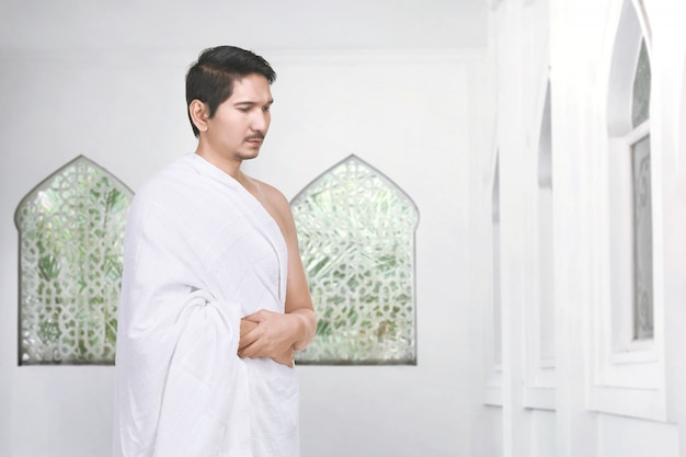 Preghiera del pellegrino musulmano asiatico bello