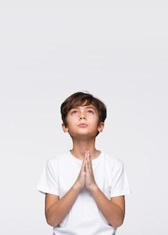 Preghiera del ragazzo copia-spazio