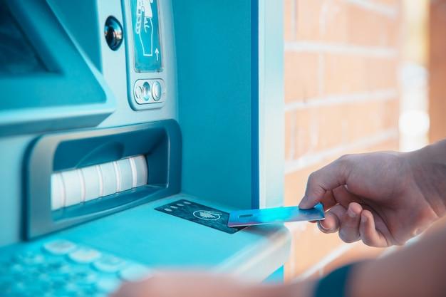 Prelievo wireless da un bancomat con una carta di debito