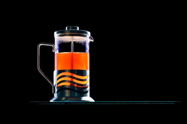 Premere caffettiera con tè nero su sfondo nero