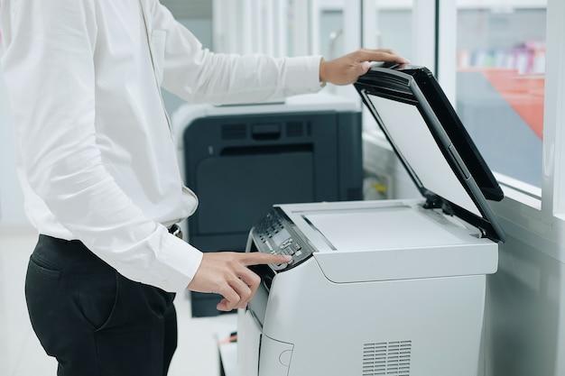 Premere il pulsante sul pannello dello scanner della stampante o della fotocopiatrice laser in ufficio