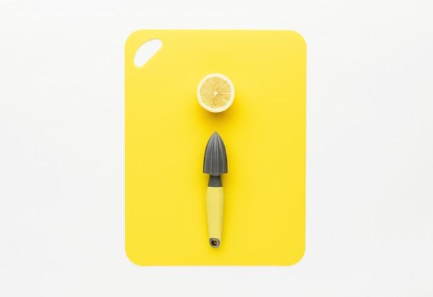 Premere per il limone con il limone su uno sfondo giallo
