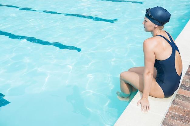 Premurosa donna in un momento di relax a bordo piscina