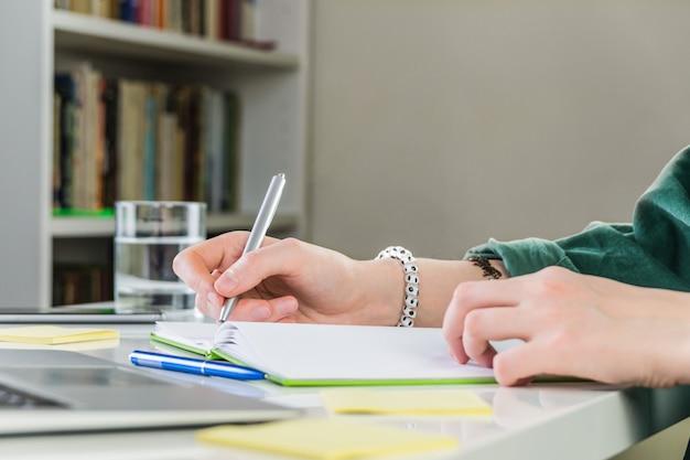 Prendere appunti nel quaderno di lavoro a casa