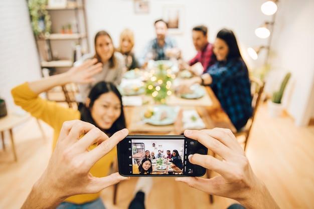Prendere foto di amici che hanno una cena