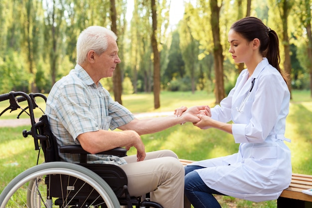 Prendersi cura delle persone anziane nel parco.