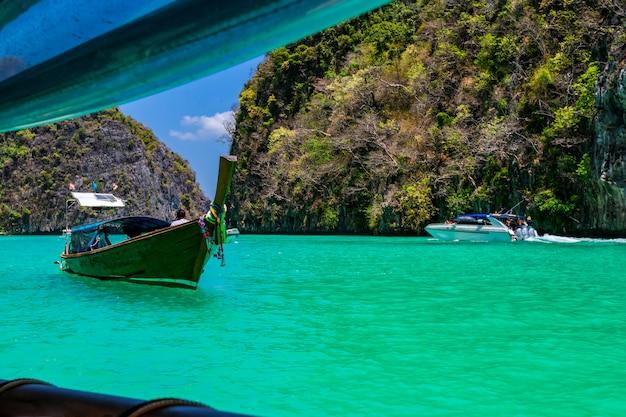 Prendi una barca per vedere la bellezza di phi phi leh a pileh bay e loh samah bay.