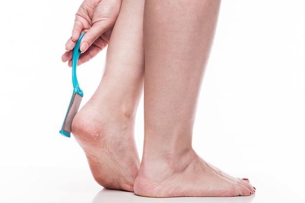 Prenditi cura della pelle secca sui piedi ben curati e tacchi con lui