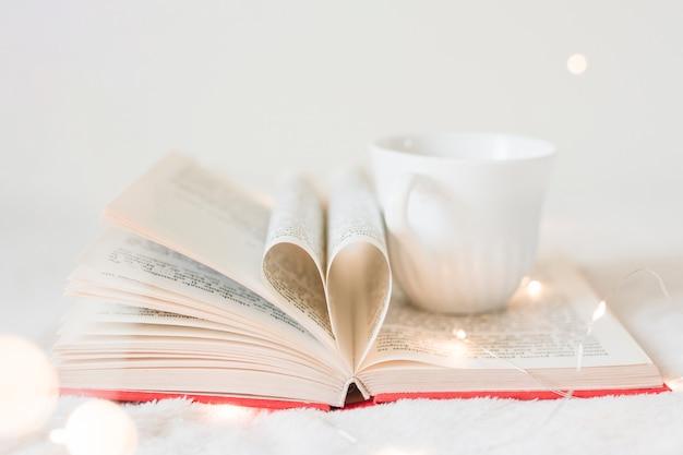 Prenota con le sue pagine che danno forma a un cuore