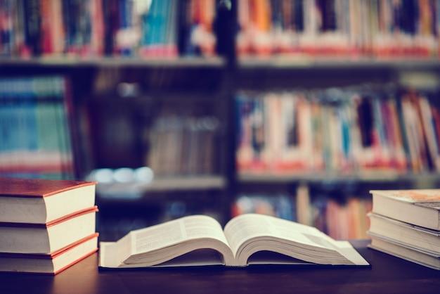 Prenota in biblioteca con libro aperto