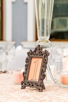 Prenotazione tavolo in un ristorante in cornice traforata