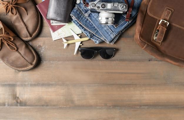 Prepara accessori per lo zaino e articoli da viaggio su legno