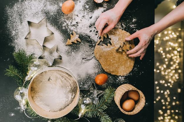 Preparando il biscotto di natale, la vista superiore, retro filtro applicato, concetto natale di natale