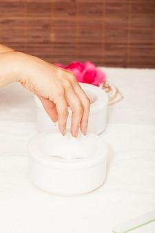 Preparando le mani di una donna per una manicure