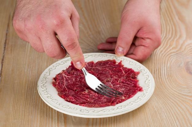 Preparare carne cruda