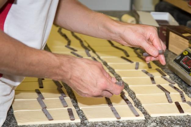 Preparare deliziosi croissant al cioccolato con pasta sfoglia