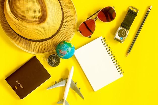 Preparare gli accessori dei viaggiatori. concetto di viaggio vista dall'alto