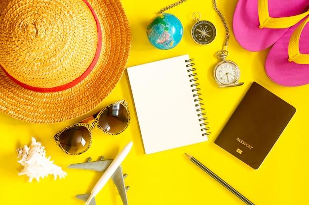 Preparare gli accessori dei viaggiatori. vista dall'alto concetto di viaggio