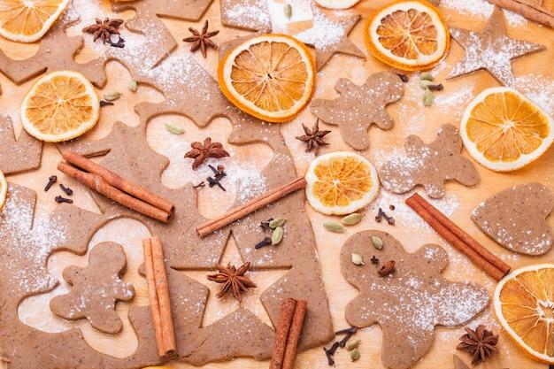Preparare i biscotti al pan di zenzero. cottura natalizia