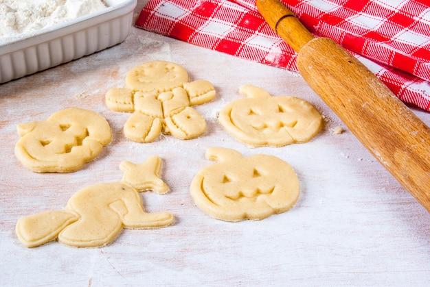 Preparare i biscotti per halloween e il ringraziamento. divertente cibo per bambini, uno spuntino per una festa.