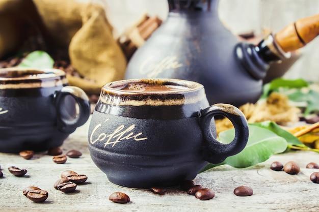 Preparare il caffè a turku per il collage della colazione. messa a fuoco selettiva.