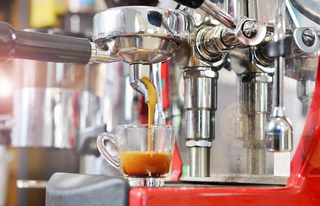 Preparare il caffè espresso nella caffetteria.