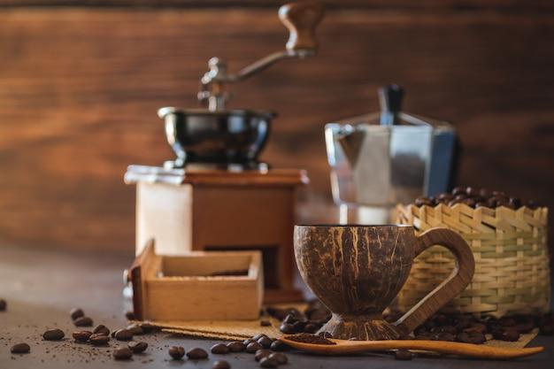 Preparare il caffè nero in tazza di cocco e illuminazione mattutina.